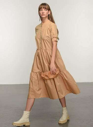 NGSTYLE Ngkss21El0020 Katlı Volanlı Midi Elbise Camel